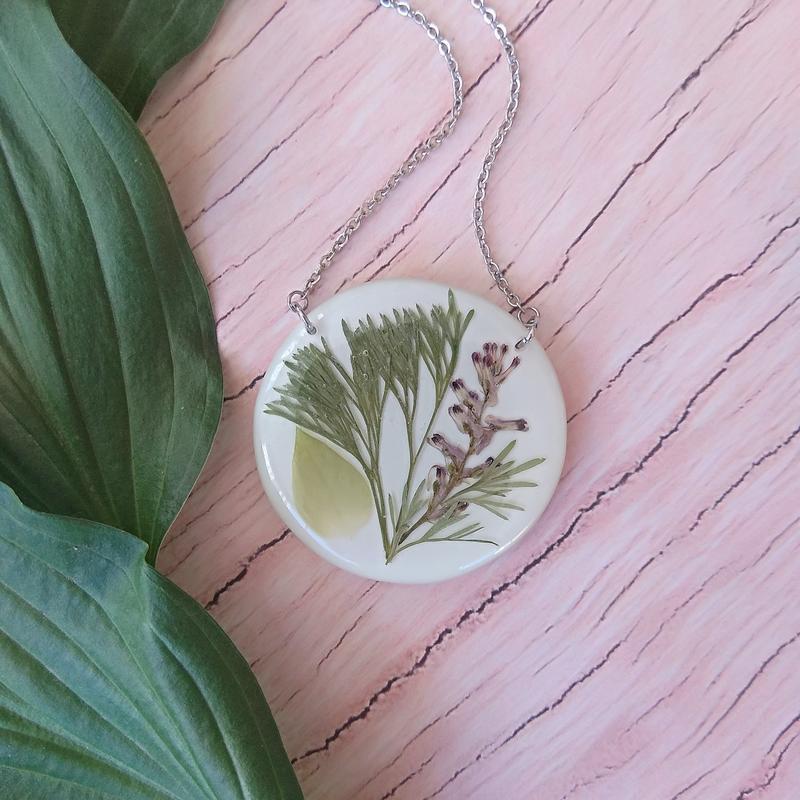 Белый кулон с настоящими растениями на белом фоне (идея подарка подруге сестре девушке жене маме)