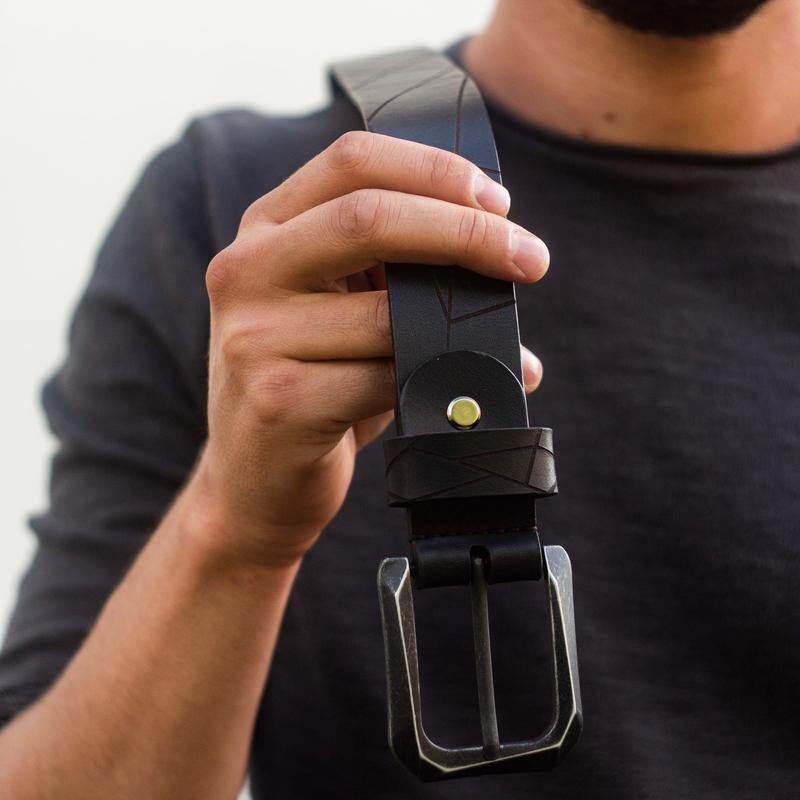 Кожаный мужской ремень GEOMETRIC — Чёрный (Итальянская кожа, Французская пряжка IDAM, Гравировка)