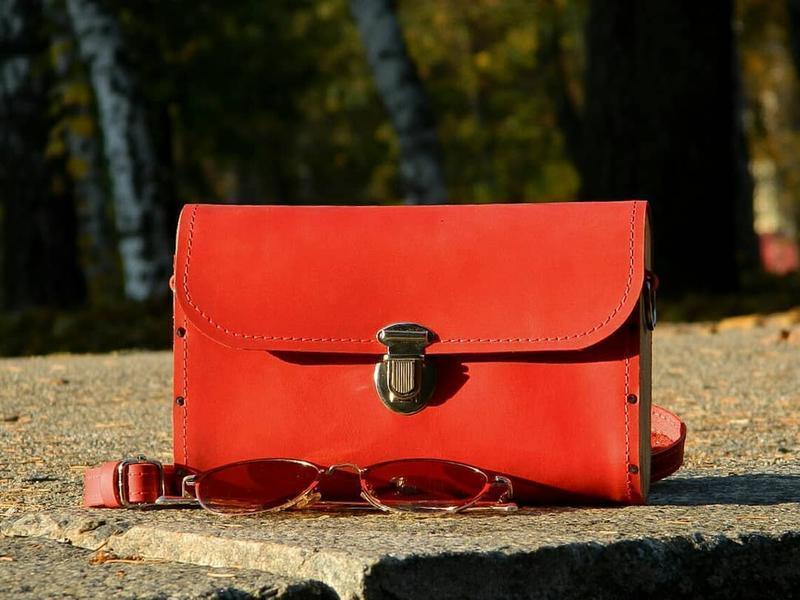 Красная сумочка из натуральной кожи и дуба