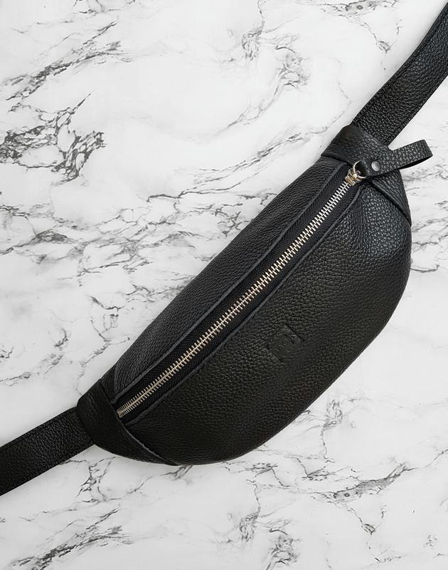 Поясна сумка . Черная бананка .  Стильная кожаная бананка, небольшая посная сумка, сумка на пояс .