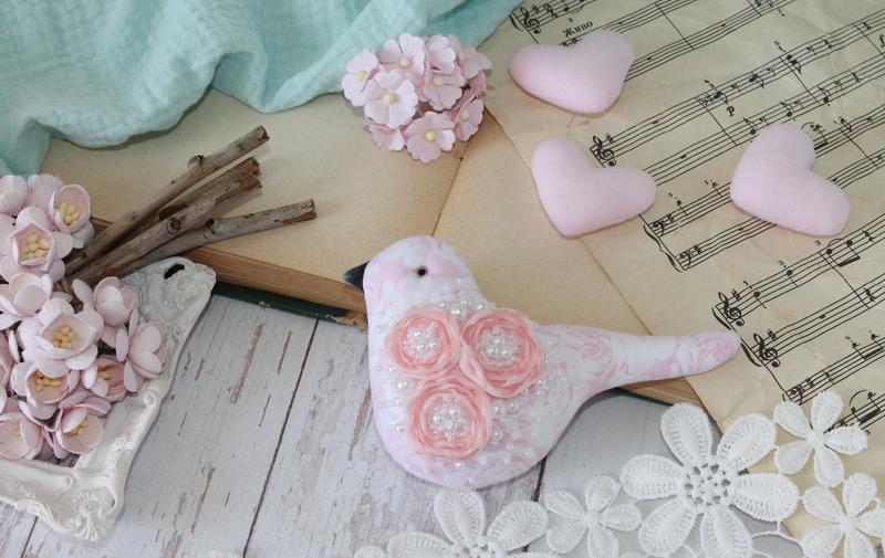 Интерьерная розовая птичка в цветах