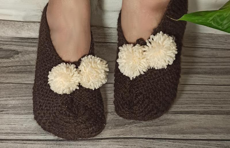 Вязаные домашние тапочки - цвет горький шоколад. Домашние тапочки в подарок. Вязаная обувь для дома.