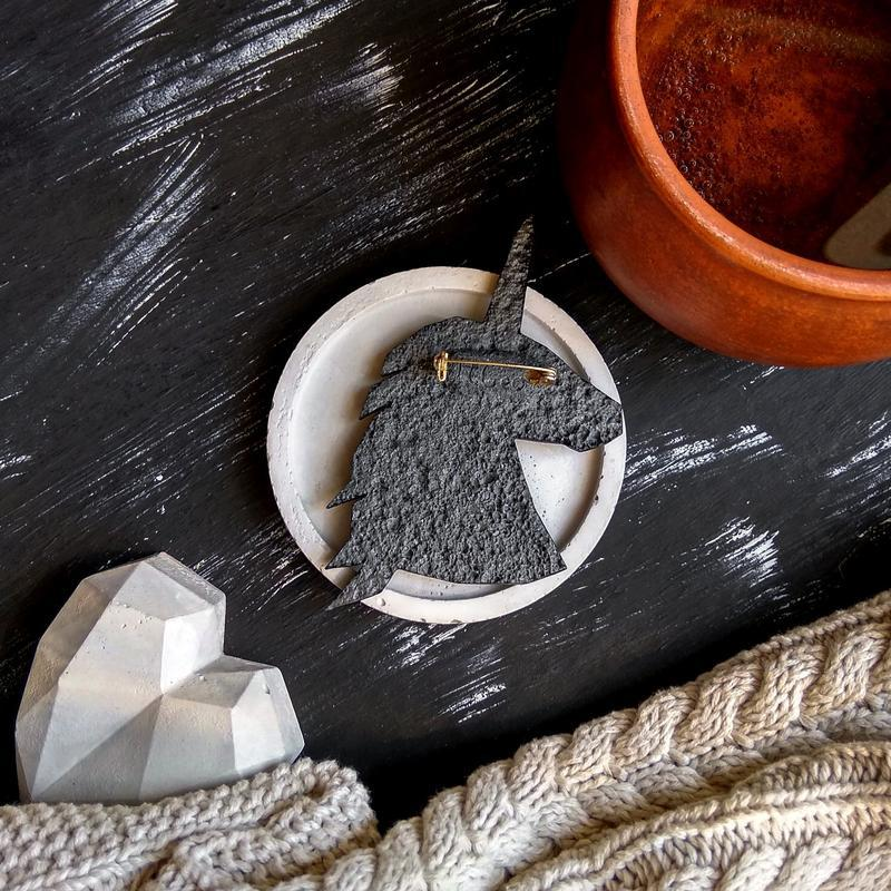 Нестандартная брошь Единорог в геометрическом стиле. Авторская брошь ручной работы розовый Единорог