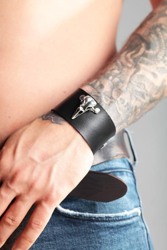 Кожаный браслет с металлической фигуркой от мастерской Wild