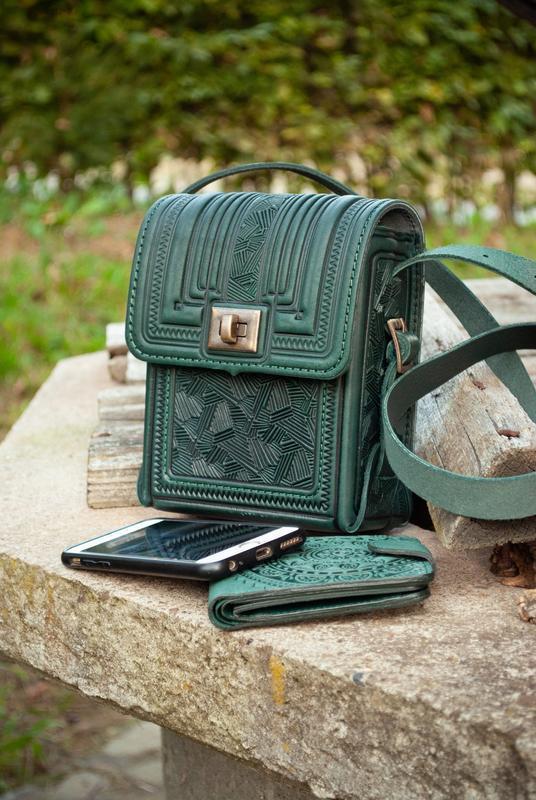 Маленькая сумочка через плечо темно-зеленая Этно с орнаментом тиснение