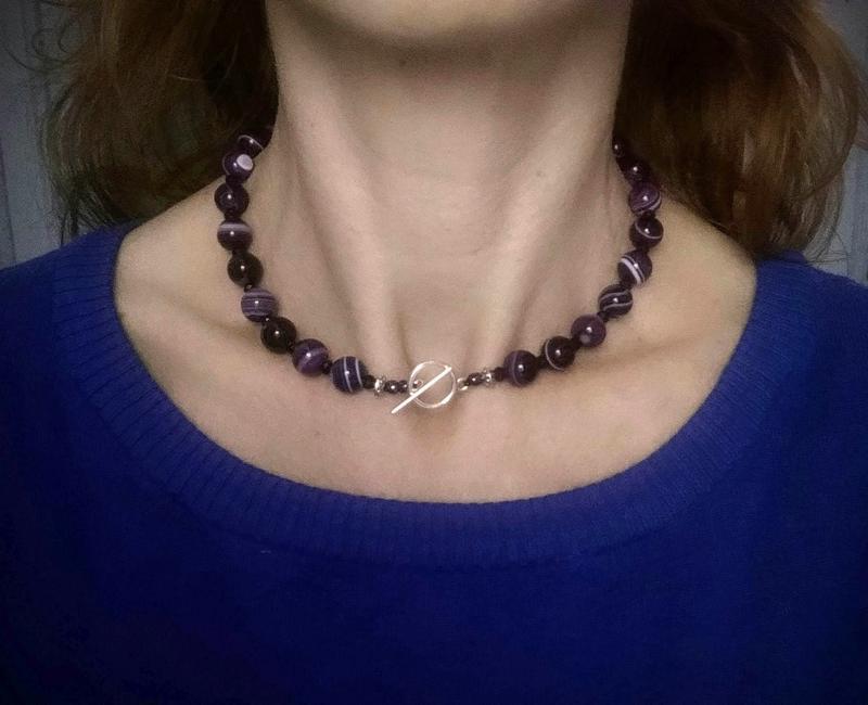 Маленькое ожерелье из Фиолетового Агата с хрустальными бусинками и застёжкой Тоггл