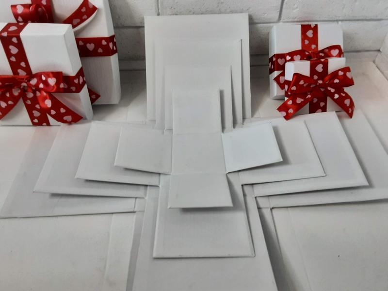 Коробка раскладушка для фотографий и сюрприза белая с красным бантом