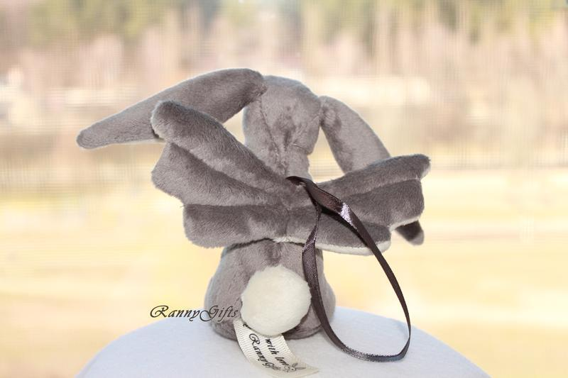 игрушка серый зайчик из плюша с крылышками