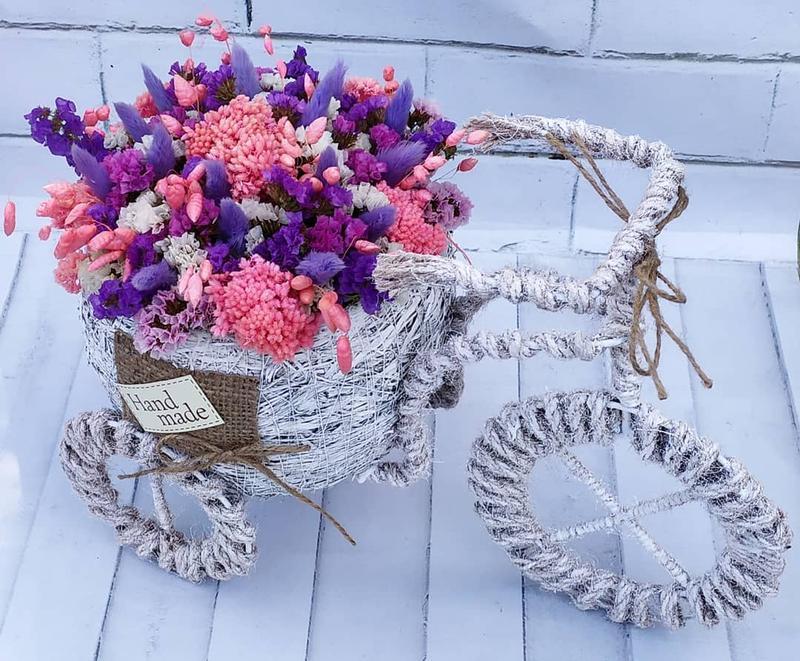Велосипед з яскравим букетом