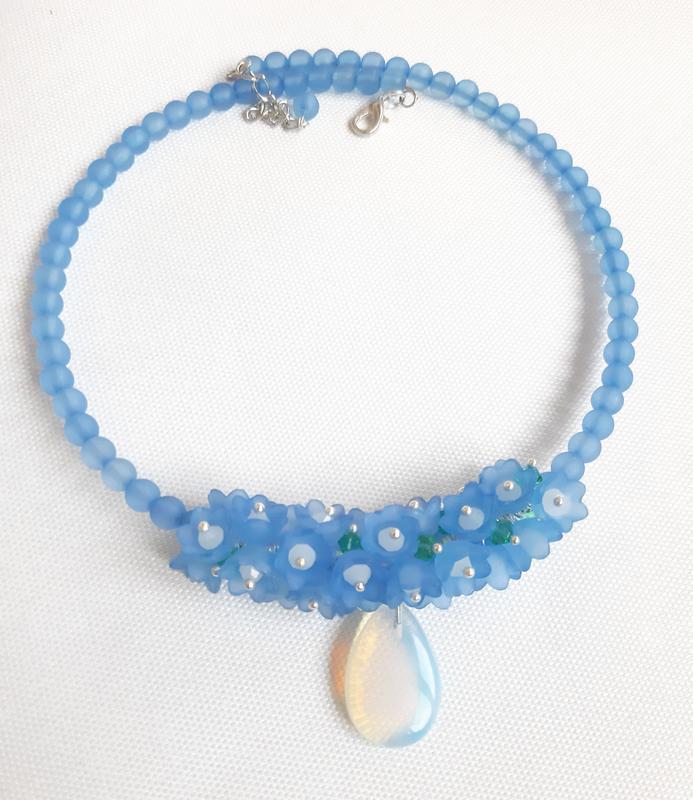 Комплект из колье на жесткой основе и сережек с голубыми цветами и опалитом