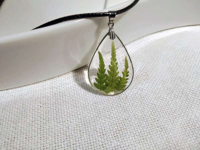 Кулон с натуральными листьями папоротника.