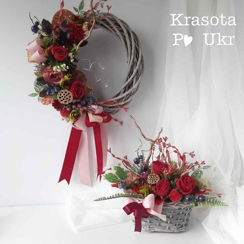 Осенний венок на лозе с бордовыми розами та сушенным лотосом