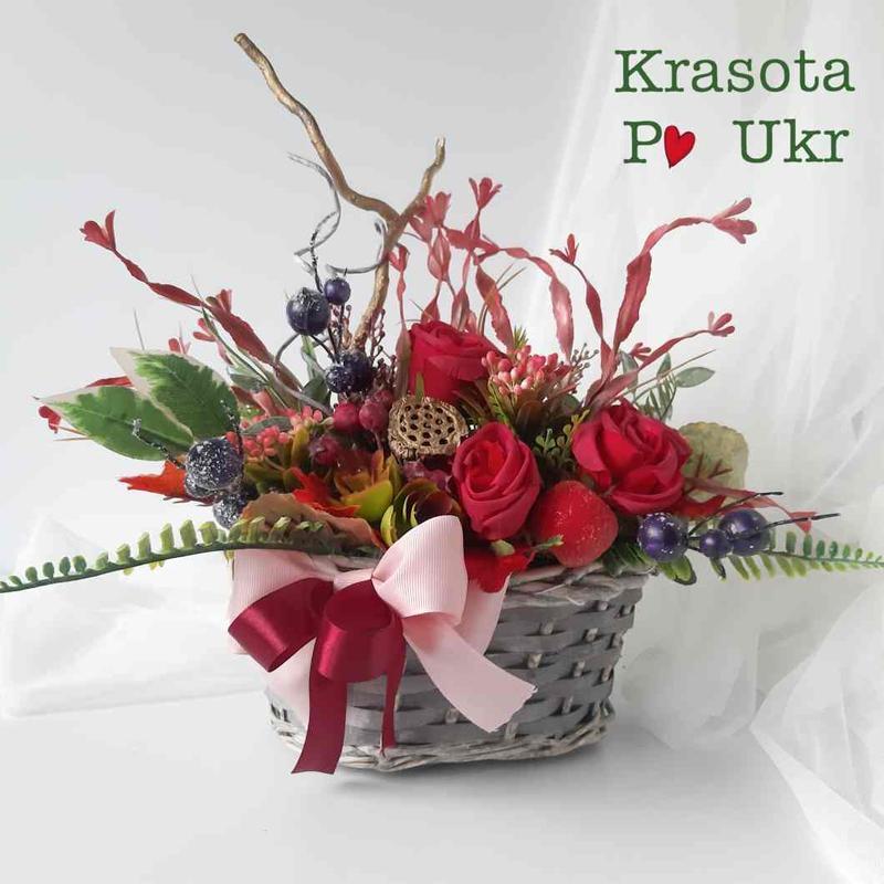 Осенняя композиция с бордовыми розами и сушеным лотосом в корзинке