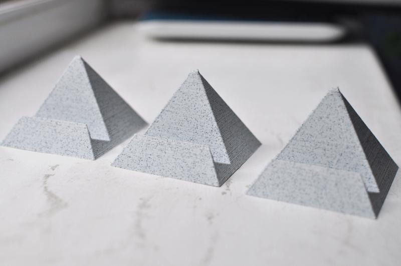 Подставка для телефона в форме пирамиды