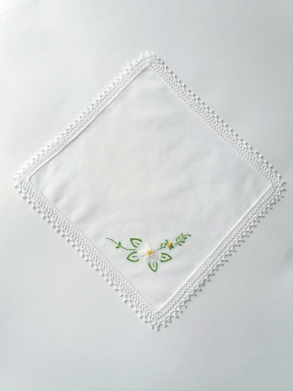 Вышитый батистовый платочек