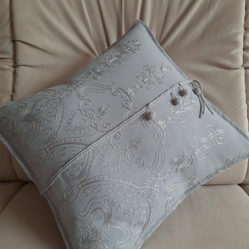 Серебристая вышитая диванная подушечка с декором