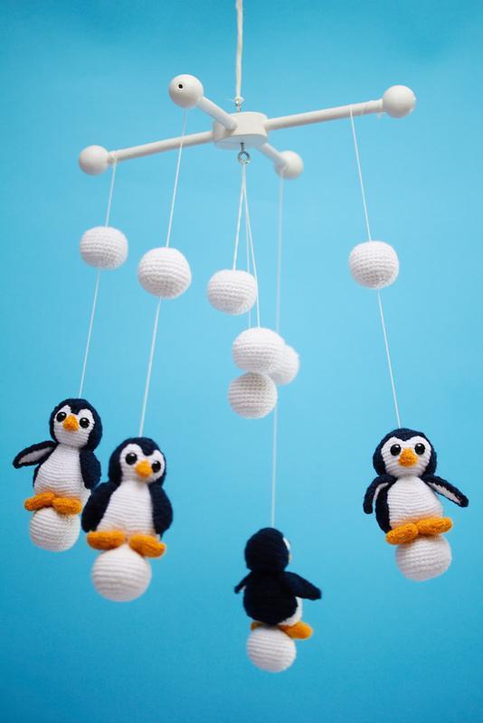 Вязанный детский мобиль на кроватку с пингвинами/ Вязаный детский мобиль с пингвинами в кроватку