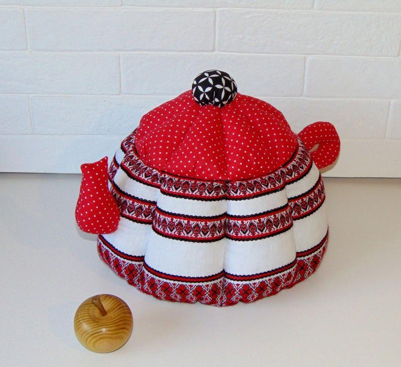 Грелка для чайника с вышивкой темно-красная