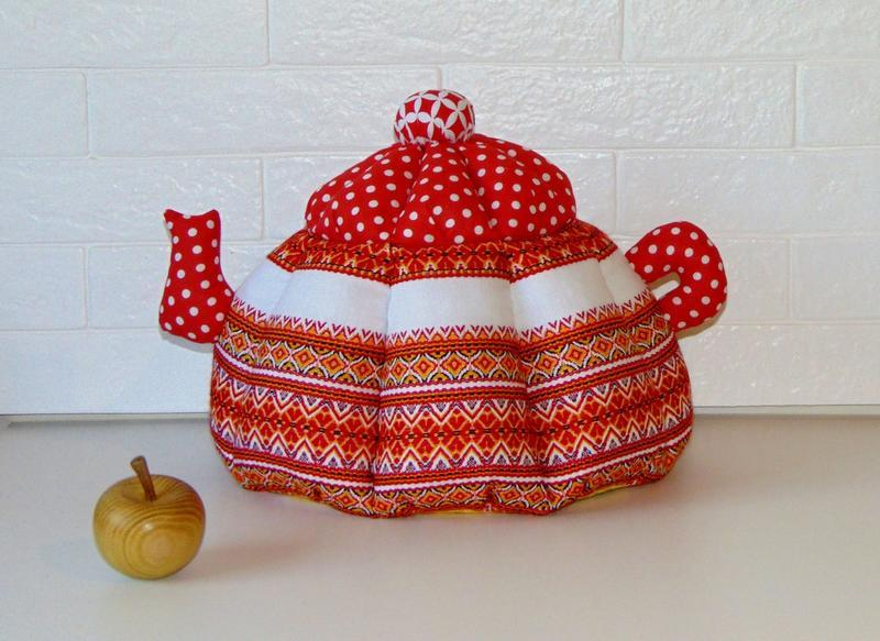 Грелка для чайника с вышивкой красная