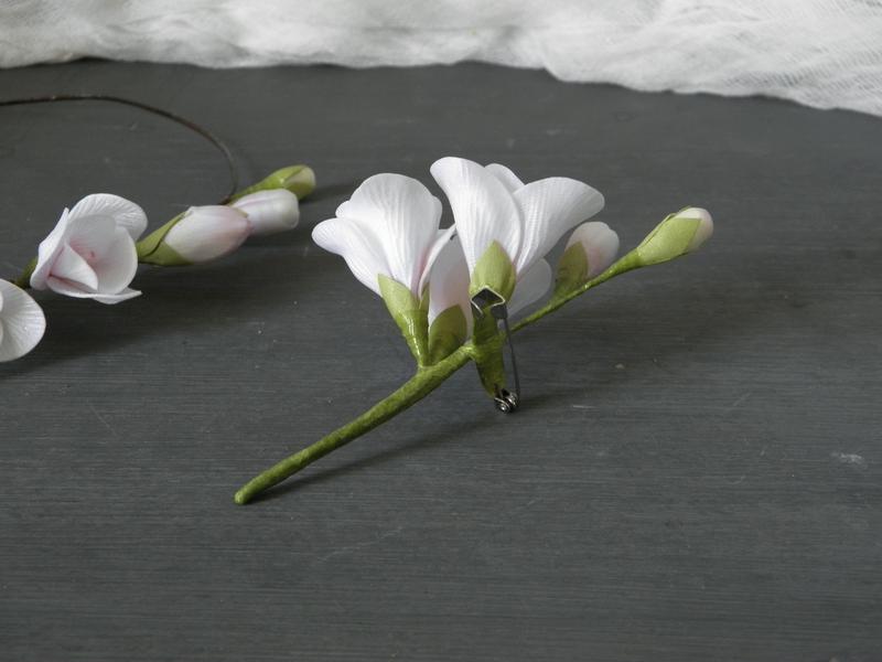 Бутоньерка с цветами фрезии / Бутоньерка с цветами жениху / Венок с цветами невесте