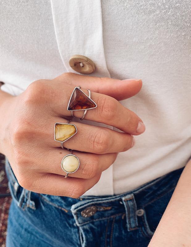 Серебряные кольца с натуральным янтарем