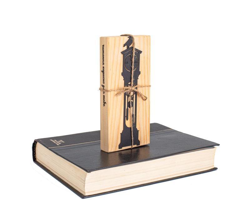Закладка для книг «Старинные часы с вороном»