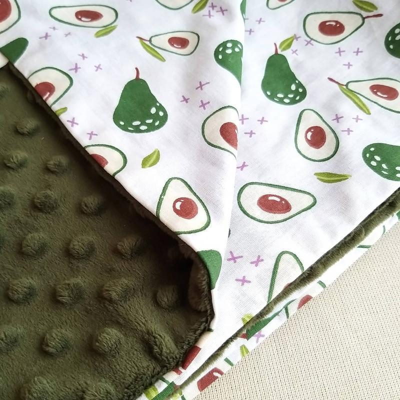 Подарочный набор Авокадо: плюшевый плед, муслиновая пеленка, держатель/погремушка авокадо