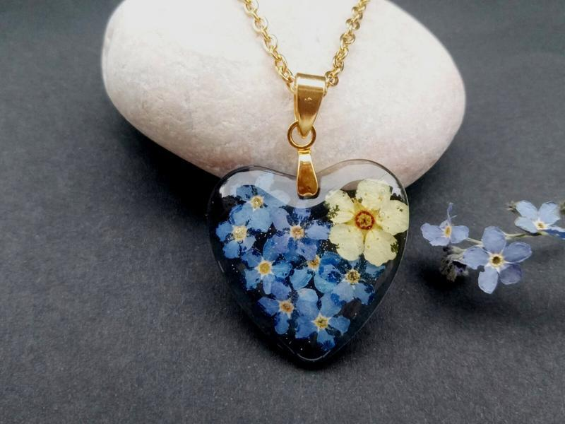 Кулон из смолы сердце с цветами внутри