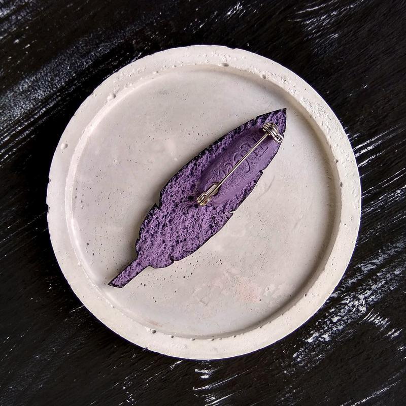Темная фиолетовая брошь Перо в геометрическом стиле. Зимняя брошь Перышко. Осенняя брошь Листик