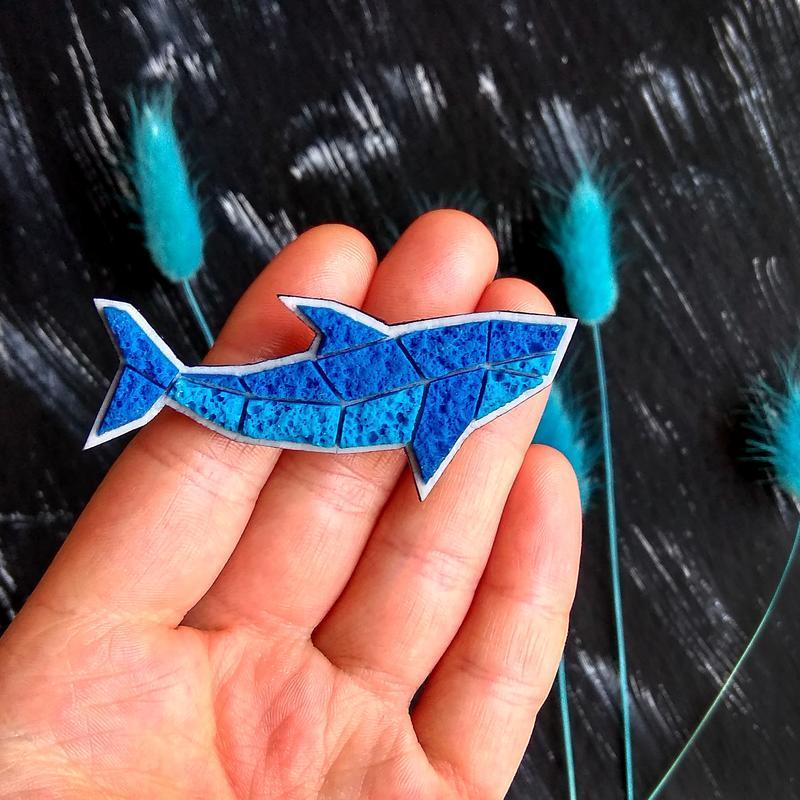 Геометрическая морская брошь Рыбка. Маленький значок синяя Акула. Интересная брошь ручной работы