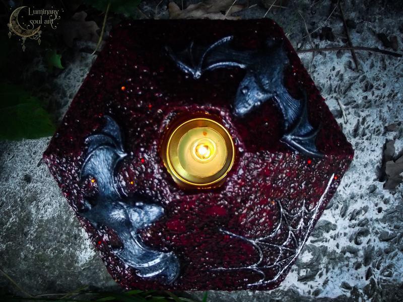 Готический подсвечник ручной работы с летучими мышками из полимерной глины