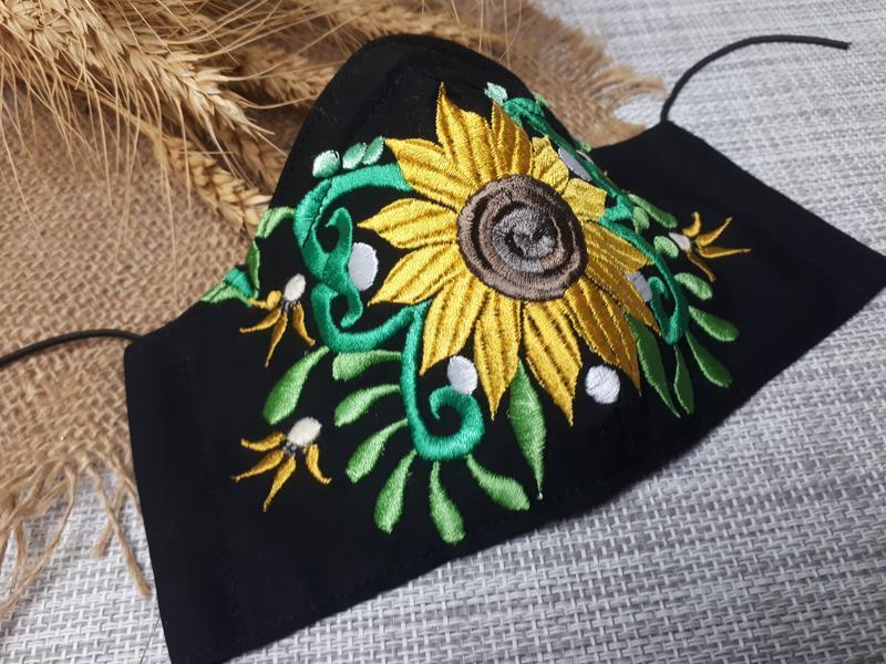Багаторазова маска з соняшником, є затиск для носа