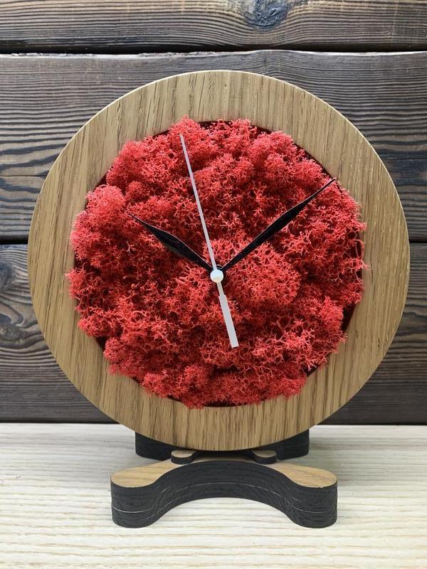 Часы из дерева со стабилизированным мхом