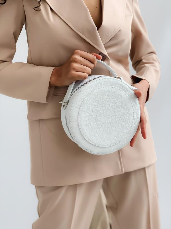 Круглая сумочка с широким поясом в белом цвете