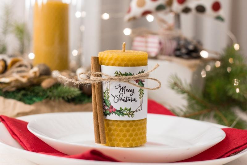 Праздничная новогодняя свеча с медовым ароматом