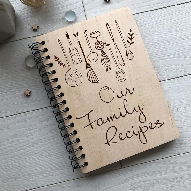 Дерев'яна кулінарна книга на спіралі «Our Family Recipes»