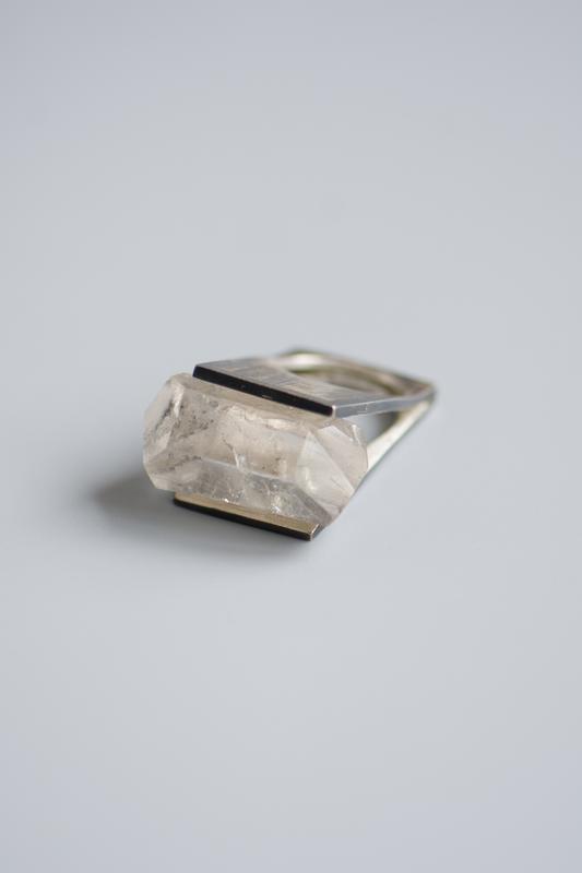 Кольцо с кристаллом кварца - горный кварц - перстень с горным кварцом