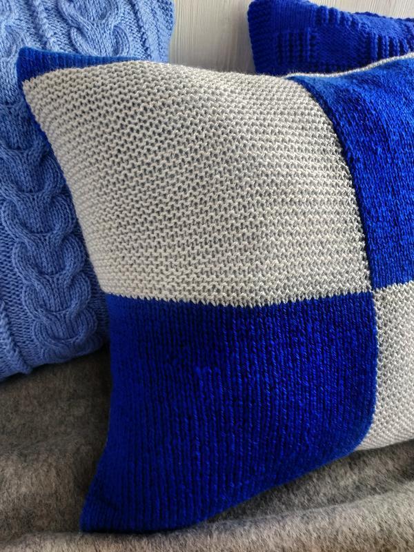 Декоративная вязаная диванная подушка (наволочка) синяя с серым на пуговицах - 40*40 см