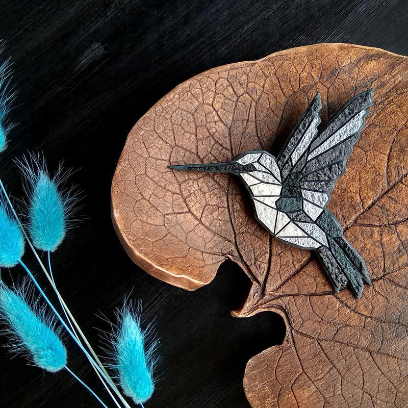 Геометрическая бирюзовая брошь Колибри. Авторская брошь птица Колибри. Геометрическое украшение