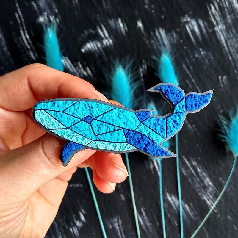 Полигональная брошь Кит. Авторская геометрическая синяя брошь Рыба Кит. Украшение в морском стиле