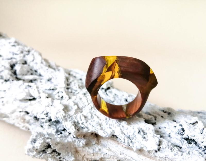 Дерев'яне кільце (розмір -17,5) з горіха та ювелірної смоли - що подарувати дівчині