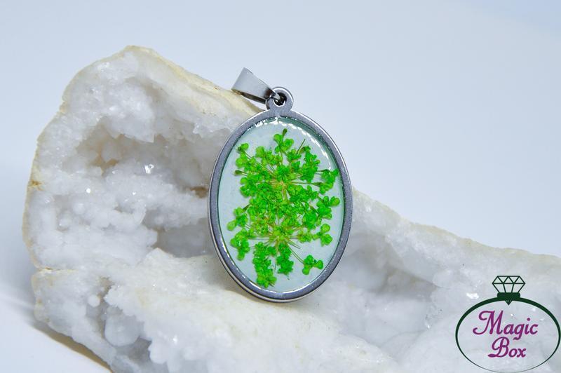 Кулон с зелеными цветами