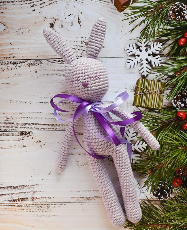 Вязаный спящий лавандовый зайчик с длинными лапками и ушками.Подарок новорожденному.