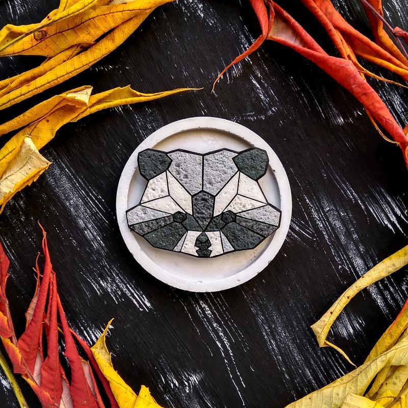 Полигональная брошь Енот. Авторская геометрическая брошь Енот ручной работы. Оригинальное украшение