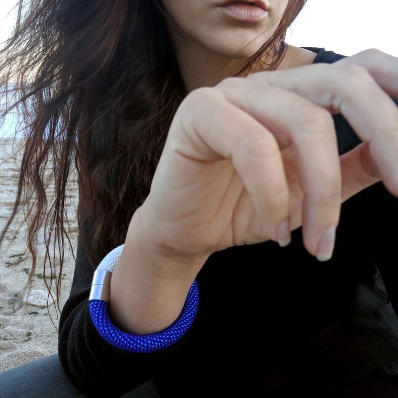 Браслет матовый синий с белым на магнитном замке