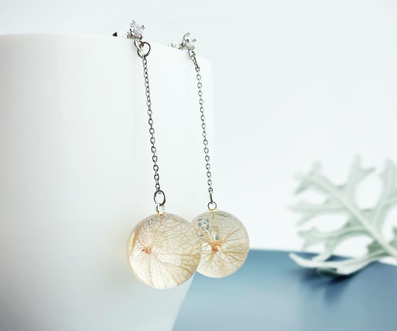 Длинные серьги-шарики на цепочке с цветами розовой гортензии (модель № 2690) Glassy Flowers