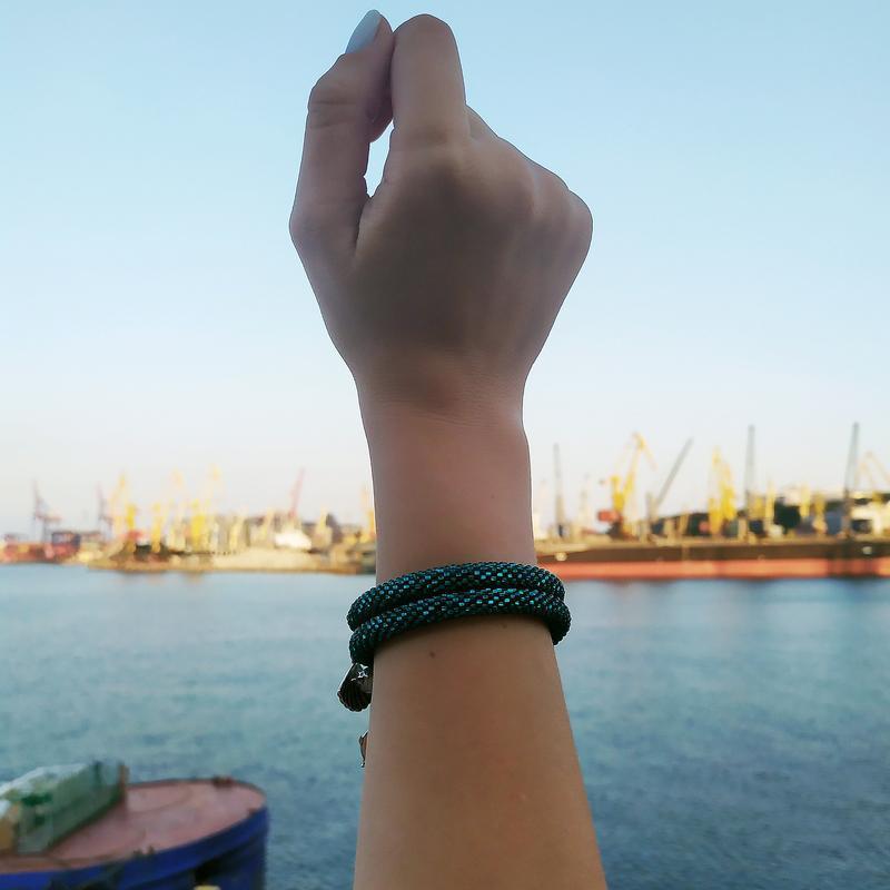 Бирюзовый браслет на мемори-проволоке с морскими подвесками, в 2 оборота