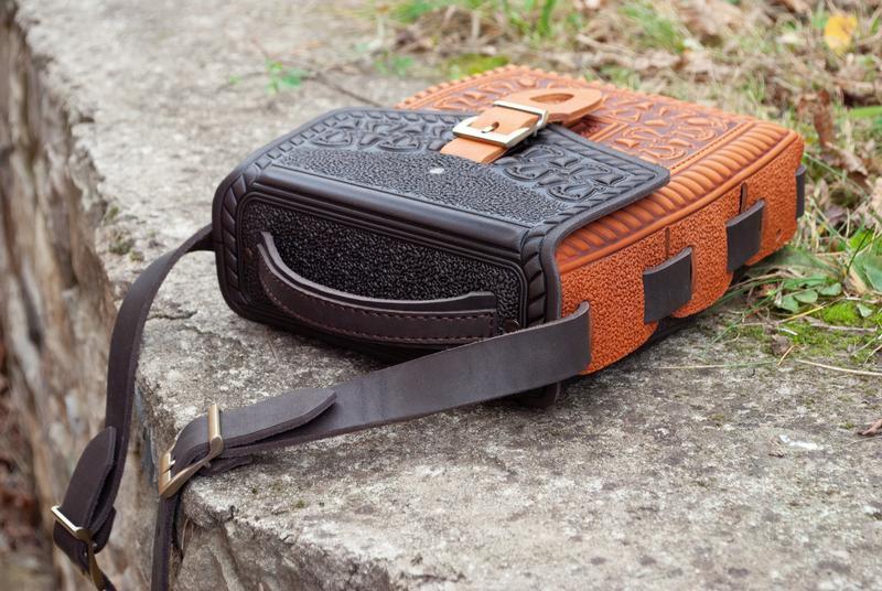 Сумка или рюкзак рыже-коричневая с орнаментом тиснение с ручкой