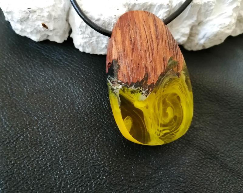 Подарок девушке - кулон из дерева, смола с люминофором.Подвеска светиться в темноте