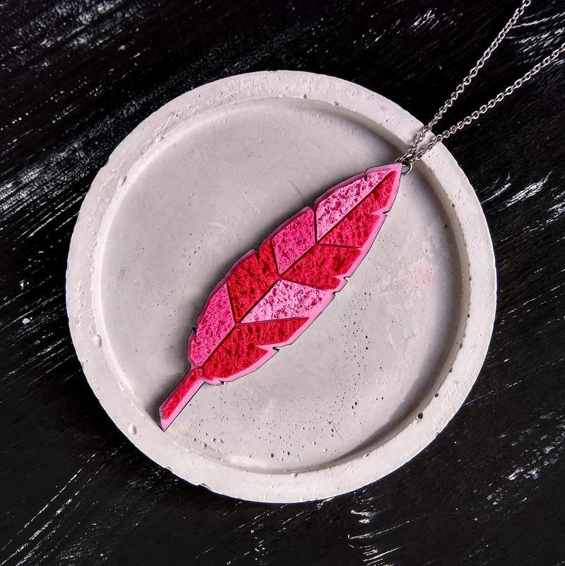 Осенняя подвеска Листик на цепочке. Авторский геометрический кулон Лист. Подвеска красное Перышко